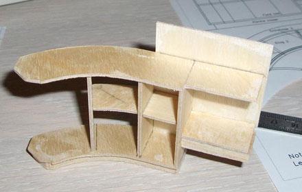 Meuble-bar en cours de montage. Bien disposer les pièces horizontalement les unes par rapport aux autre. - 25.2ko