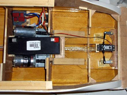 L'intérieur de la coque équipée des principaux éléments de radio commande. - 45.2ko